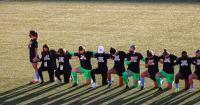 Спортсмены на колениях  001.jpg